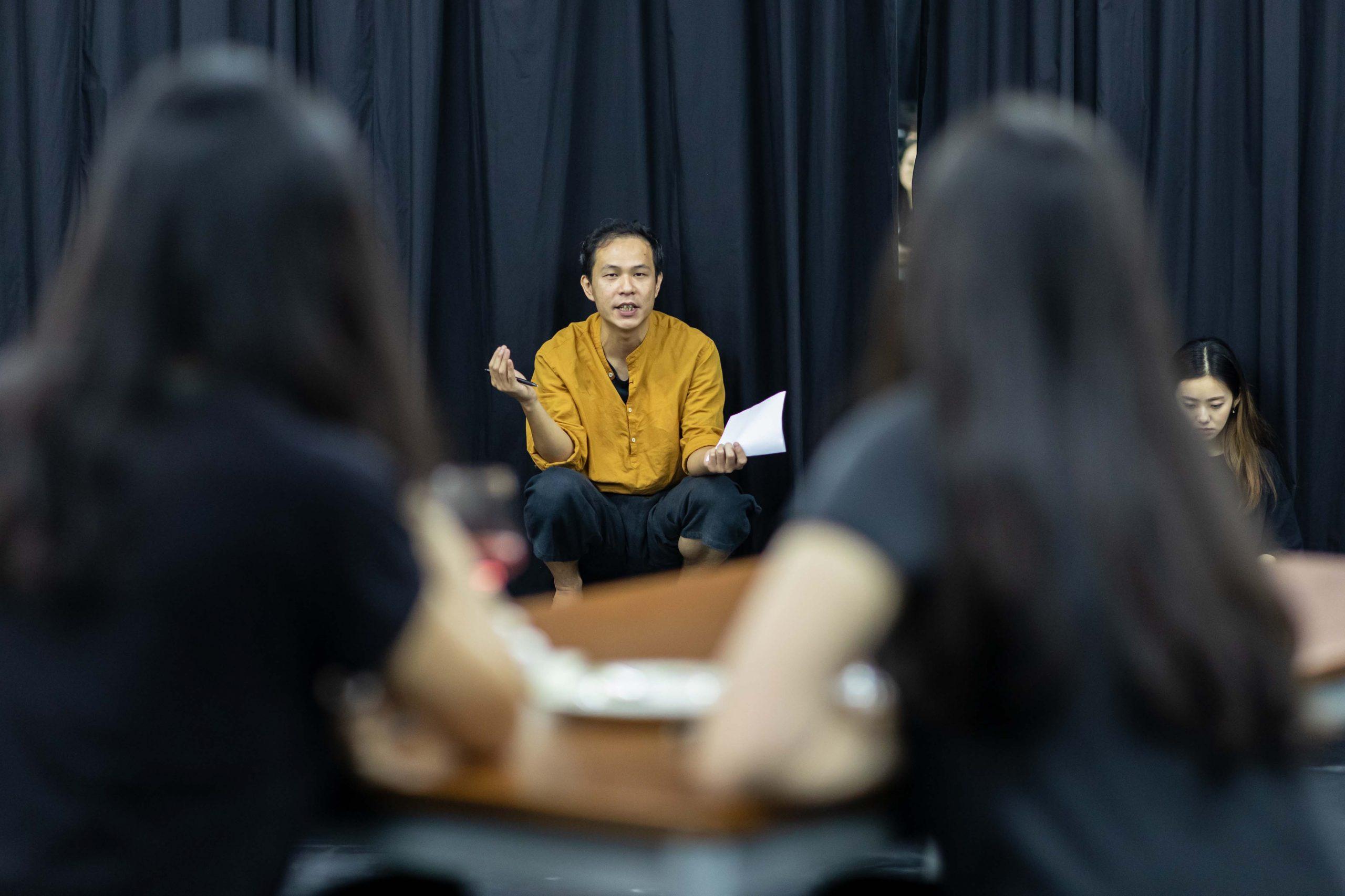 Veteran Macao actor Pak Hou Wong passes on his art at a Hiu Kok Drama Association workshop丨Photo courtesy of Hiu Kok Drama Association